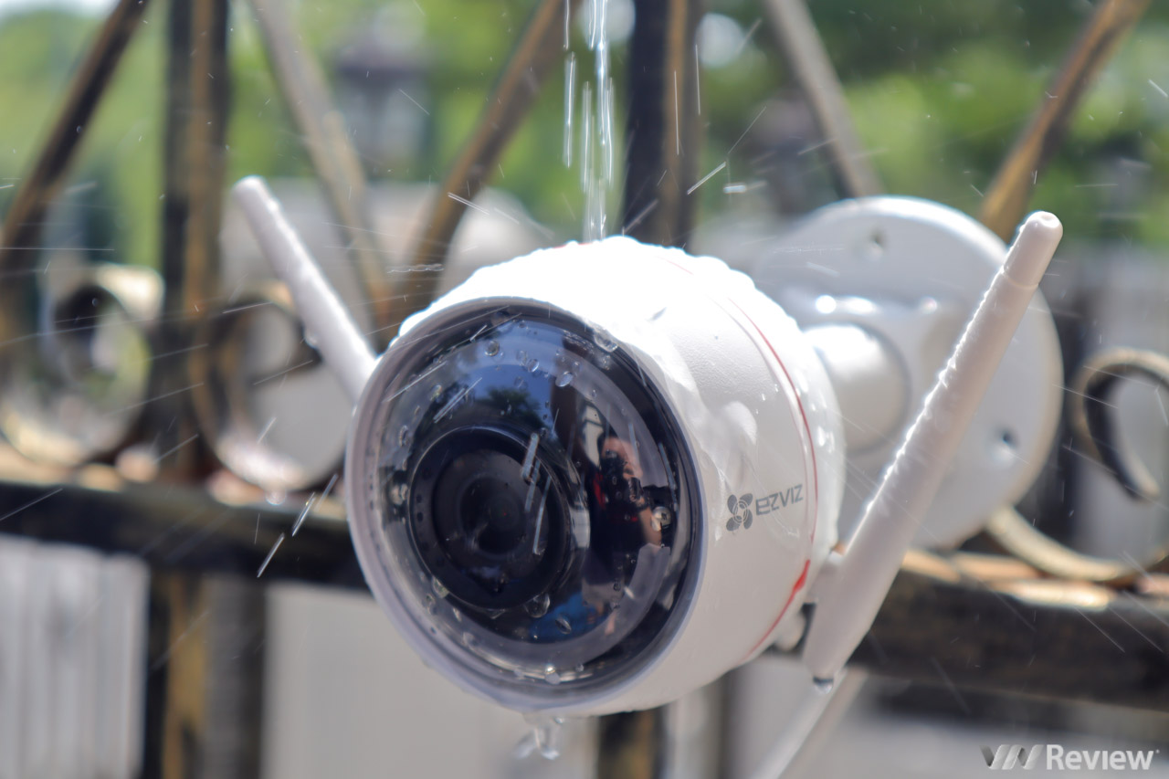 Đánh giá camera an ninh ngoài trời EZVIZ C3W: thiết kế lạ, có còi hú và đèn nháy báo động