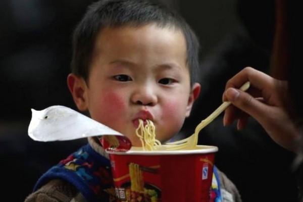 Trẻ em Đông Nam Á, gồm cả Việt Nam suy dinh dưỡng chỉ vì lạm dụng mì ăn liền