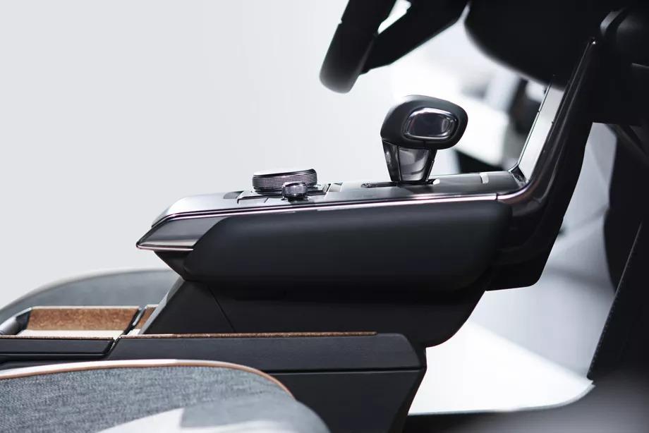 Mazda tung ra MX-30, chiếc xe điện đầu tiên của mình với cửa dưới mở dạng