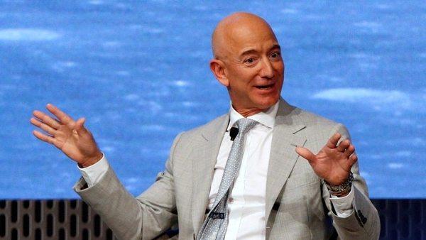 Một lần nữa đổi vai, Jeff Bezos trao ngôi vị người giàu nhất thế giới vào tay Bill Gates