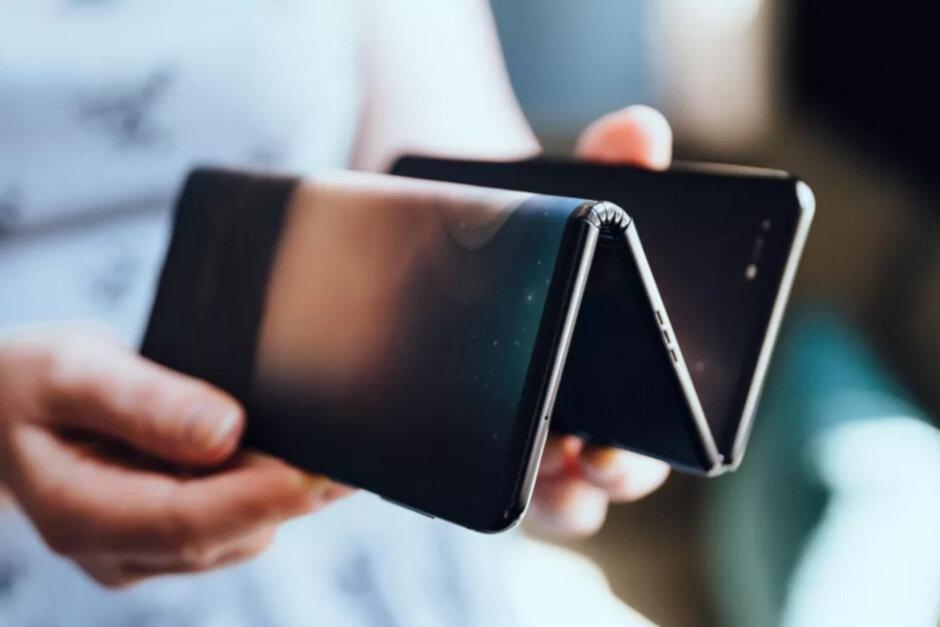 TCL trình làng prototype điện thoại gập của mình, khi mở ra trở thành tablet 10 inch