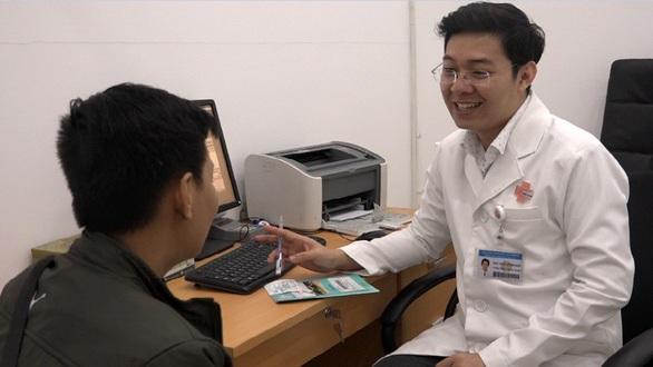 Một người đàn ông e ngại, che giấu khi khám sức khỏe sinh sản tại Bệnh viện Bình Dân TP.HCM - Ảnh: LÊ TỨ