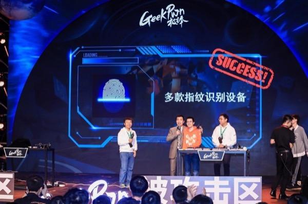 Nhóm hacker trình diễn bẻ khóa cảm biến vân tay trên 3 smartphone chỉ với một ly nước