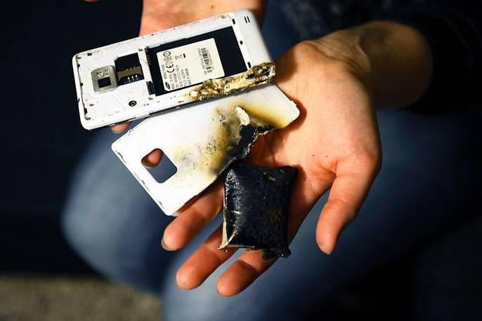 Vì sao điện thoại thoại nổ khi đang sạc pin?