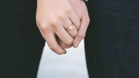 Vì sao nắm tay người yêu, bạn đời có thể làm dịu cơn đau thể xác?