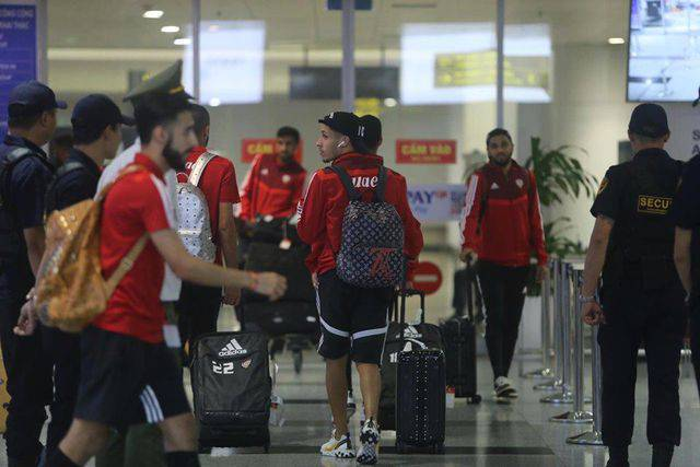 Cầu thủ UAE và CĐV thể hiện độ giàu có, chịu chơi hàng hiệu như thế nào?