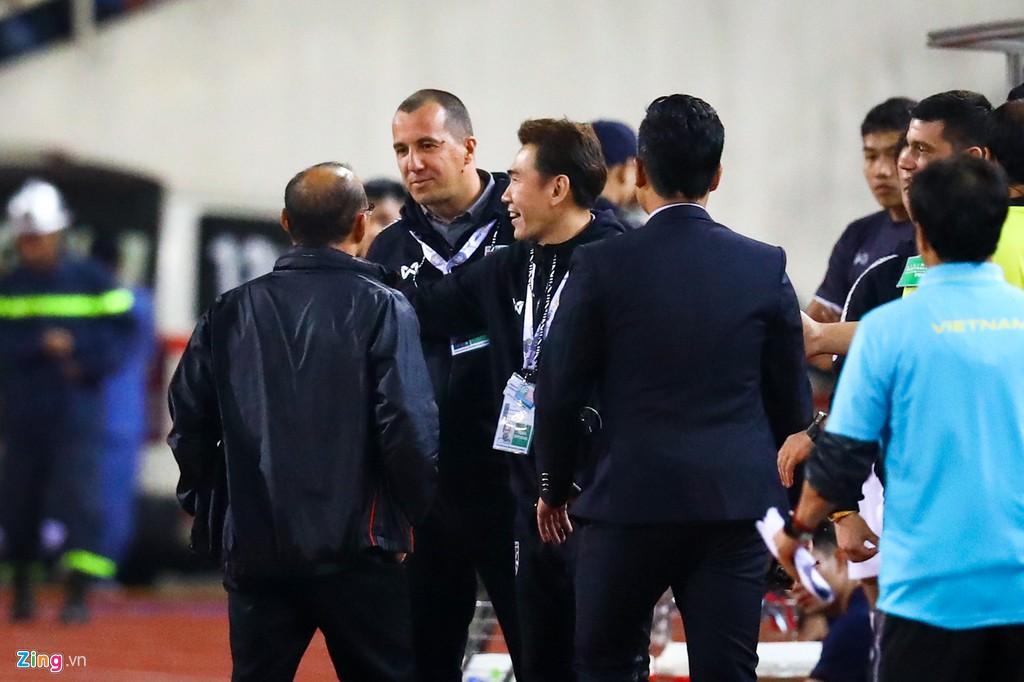Toàn cảnh trợ lý trọng tài tuyển Thái Lan khiêu khích khiến HLV Park Hang-seo nổi giận