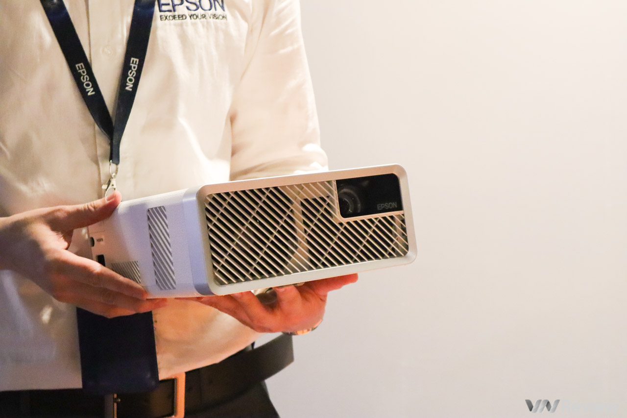 Epson ra mắt máy chiếu Laser 3LCD EF-100 nhỏ nhất thế giới tại Việt Nam, giá 25 triệu đồng