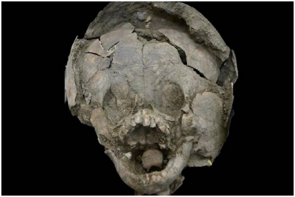 Bí ẩn bên trong ngôi mộ 2000 năm tuổi có hai trẻ sơ sinh đội mũ bảo hiểm làm từ sọ trẻ em