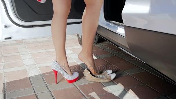 Tại sao phụ nữ cần chấm dứt ngay việc đi giày cao gót khi lái xe?