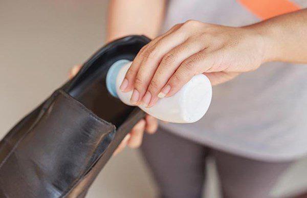 Thả nhúm muối trắng vào giày, tưởng sai sai ai ngờ tác dụng kì diệu