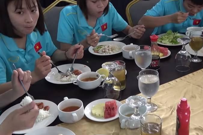 Bóng đá tại 'ao làng': Tuyển nữ Việt Nam ăn uống 'cực hình', đợi 1,5 tiếng mới có xe đón