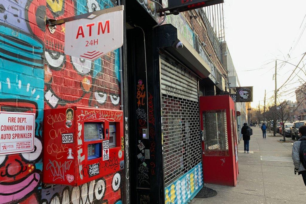 Không sử dụng bất kỳ công nghệ hiện đại nào, hai tên trộm liều lĩnh ăn cắp tiền trong máy ATM và ... xà beng 2