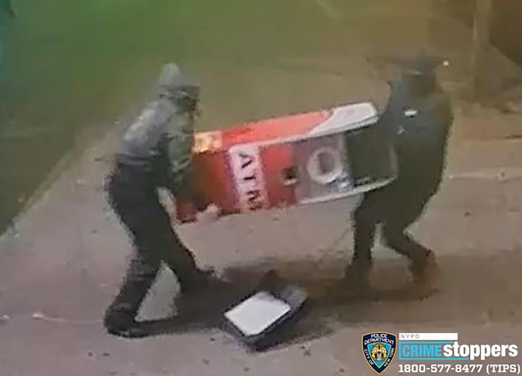 Không dùng công nghệ gì hiện đại, 2 tên trộm liều lĩnh trộm tiền trong máy ATM bằng sức và… xà beng 1