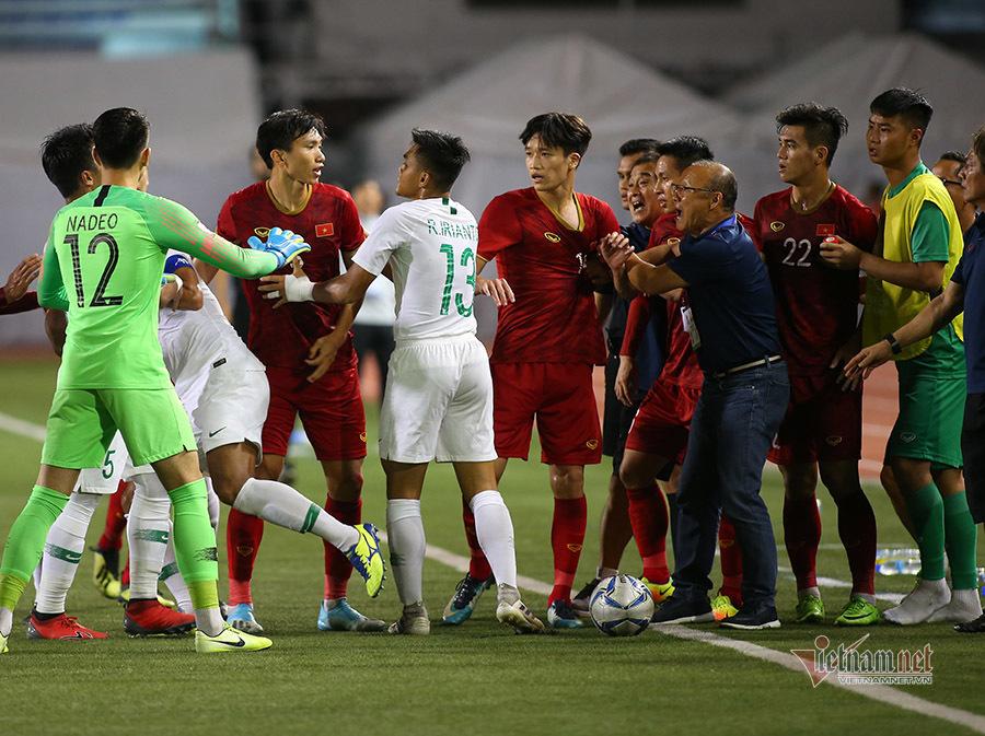 Ảnh chế thầy Park bảo vệ học trò trong từng trận đấu tại SEA Games 30