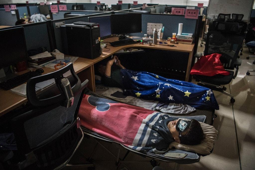 Các nhân viên Huawei phải kê chăn gối ngủ trưa ngay tại chỗ làm. Ảnh: Kevin Frayer/Getty Images | Từng được