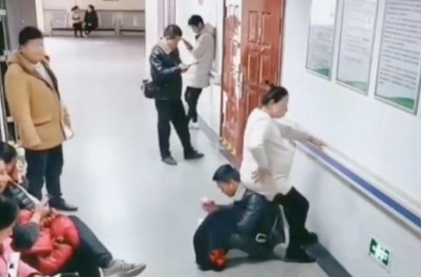 """Video """"chồng người ta"""" hút 7 triệu lượt view: chồng đưa lưng cho vợ bầu làm ghế ngồi"""