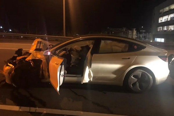 [Số đen] Tesla Model 3 tông trúng xe cảnh sát vì bật chế độ lái bán tự động Autopilot