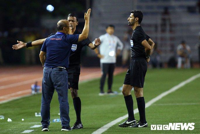 6 tháng áp dụng luật phạt thẻ huấn luyện viên, ông Park nhận luôn 3 thẻ vàng, 1 thẻ đỏ