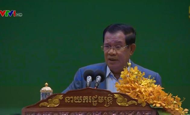 Thủ tướng Campuchia bảo vệ cầu thủ gốc Việt trước áp lực
