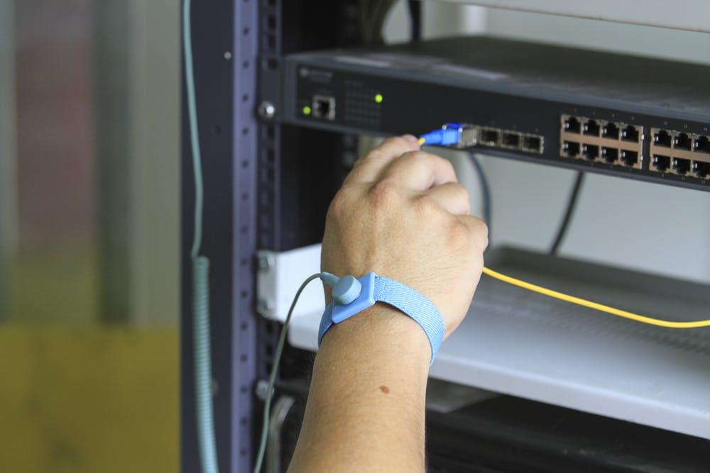 ác công nhân lắp ráp linh kiện điện tử thường đeo vòng chống tĩnh điện khi làm việc để tránh làm hỏng thiết bị (Ảnh: shutterstock.com)