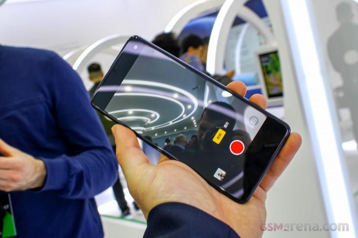 """""""Trên tay"""" công nghệ camera dưới màn hình của Oppo: Tương lai mới của smartphone?"""