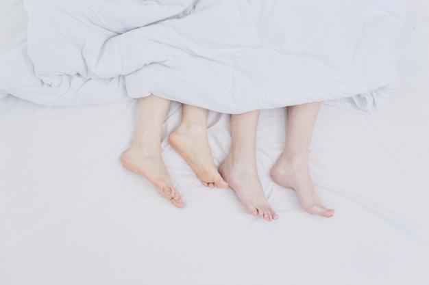 Tại sao thò bàn chân ra khỏi chăn giúp bạn ngủ ngon hơn?