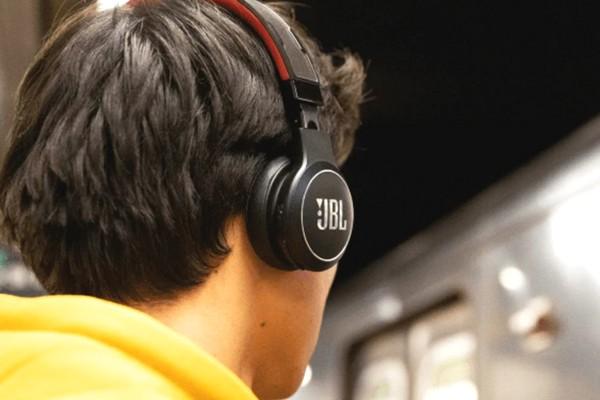 """JBL tham vọng tạo ra tai nghe không dây """"nghe tẹt ga"""" nhờ năng lượng mặt trời"""