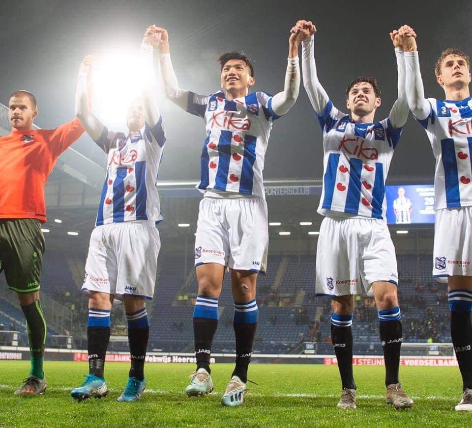 Văn Hậu bất ngờ ra sân ở đội 1 Heerenveen ở phút 89, nhận ngay thẻ vàng sau đó 3 phút