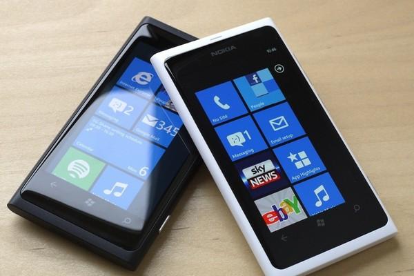 """Ngược dòng quá khứ: Nokia Lumia 800 hóa ra mang """"xác"""" Nokia N9 và """"hồn"""" Windows Phone 7"""