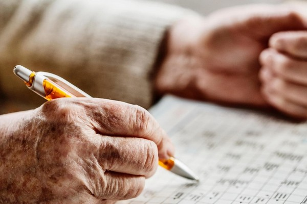 Nghiên cứu: Chăm chỉ giải ô chữ hàng ngày sẽ giúp bạn duy trì sự minh mẫn khi về già