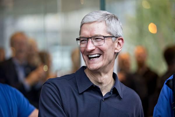 """Tim Cook bị Apple giảm lương trong năm 2019, """"chỉ kiếm"""" được 125 triệu USD"""