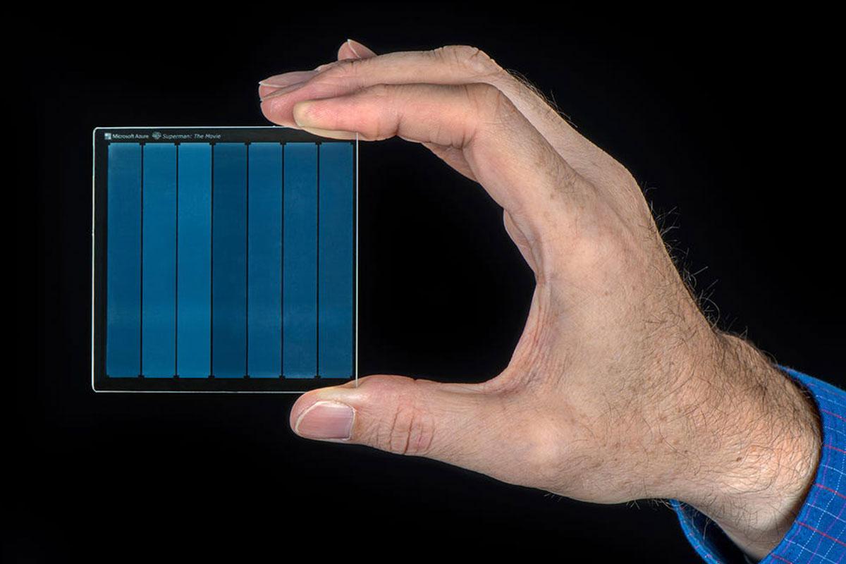 Microsoft lưu trữ phim Superman lên tấm kính nhỏ như bàn tay