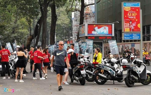 Đoàn xe quảng cáo web cá độ bóng đá chạy giữa trung tâm TP.HCM