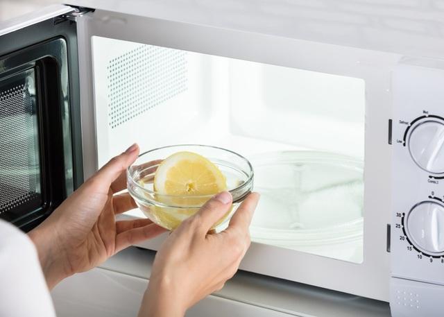 Dọn nhà đón Tết: Vệ sinh đúng cách TV, tủ lạnh và các thiết bị điện trong gia đình