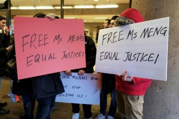 """Nhóm người biểu tình đòi thả bà Mạnh Vãn Chu hóa ra được trả tiền để """"diễn xuất"""""""