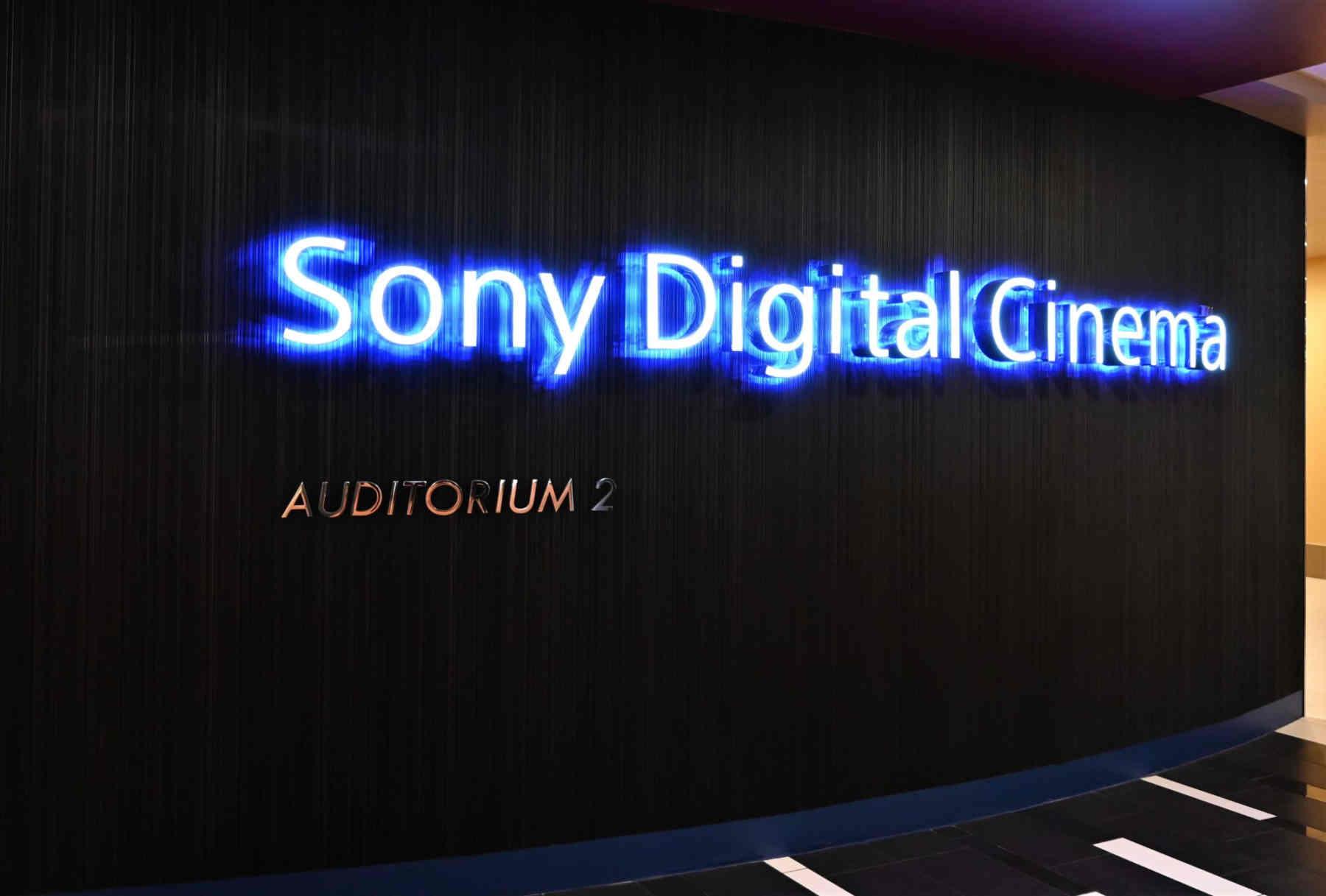 Quên TV đi, Sony đã có rạp chiếu phim cao cấp: màn hình 840 inch, máy chiếu 4K HDR, vé 350K