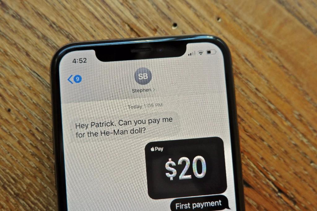 Bạn có thể sử dụng Apple Cash để gửi tiền cho người khác thông qua ứng dụng nhắn tin trên iPhone (Ảnh: Patrick Holland/CNET)