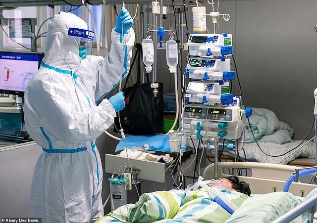 Bác sĩ Vũ Hán đeo bỉm khi làm việc