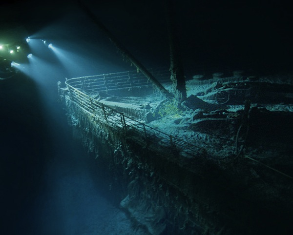 Xác tàu Titanic dưới đáy biển bị tàu ngầm đâm trúng