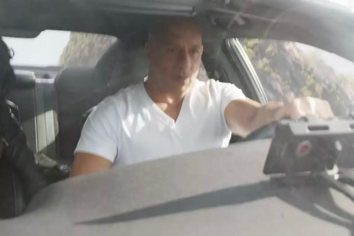 """F9: Dom lái toàn siêu xe, nhưng lại xài điện thoại """"dỏm"""" của hãng RED"""