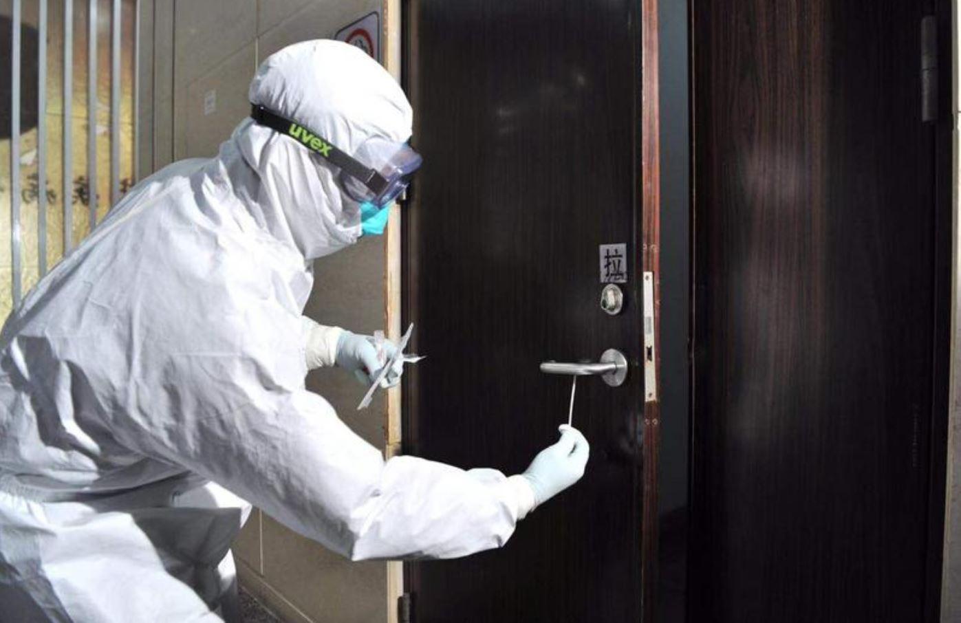 Lần đầu tiên phát hiện virus corona trên tay nắm cửa nhà bệnh nhân