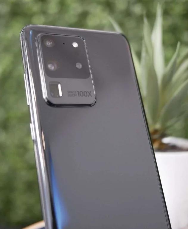 Samsung sẽ công bố dòng Galaxy S20 của mình vào thứ 3 tuần sau. Và mới đây, trang Winfuture.de đã tìm thấy một ốp lưng LED dành cho Galaxy S20 trên trang web của Samsung tại Châu Âu. Samsung đã gỡ bỏ nó ra khỏi trang web của mình. Dẫu vậy, hình ảnh này cũng đã xác nhận thiết kế cuối cùng của Galaxy S20. Ngoài ra, trong một nguồn tin rò rỉ khác, Galaxy S20 Ultra 5G cũng đã
