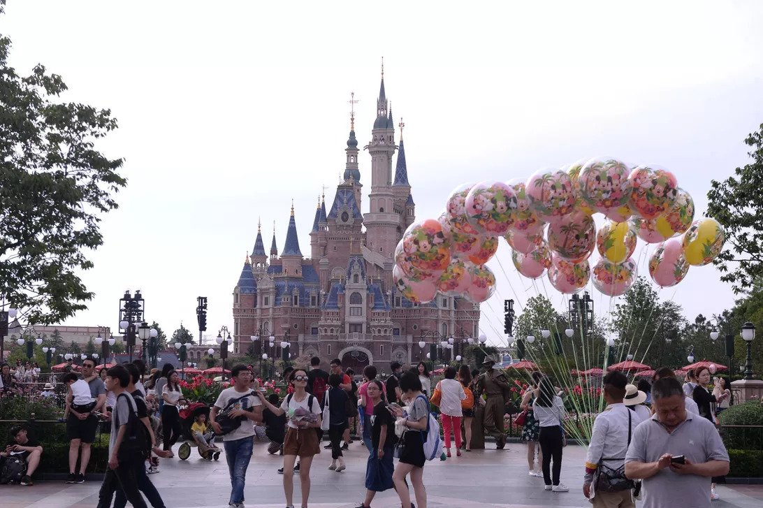 """Virus corona có thể khiến Disney thiệt hại 175 triệu USD   Với việc phải đóng cửa tạm thời các công viên chủ đề ở Hong Kong và Thượng Hải, doanh thu của Disney có thể sẽ bị ảnh hưởng nghiêm trọng.  Disney đã phải tạm thời đóng cửa các công viên chủ đề của công ty tại Hong Kong và Thượng Hải vì dịch bệnh viêm phổi cấp do chủng mới của virus corona gây ra, và điều này có thể khiến công ty thiệt hại khoảng 175 triệu USD.  """"Trái tim chúng tôi hướng về tất cả những người bị ảnh hưởng bởi đại dịch nguy hiểm này, trong đó có hàng nghìn người dân địa phương đang làm việc cho công ty của chúng tôi,"""