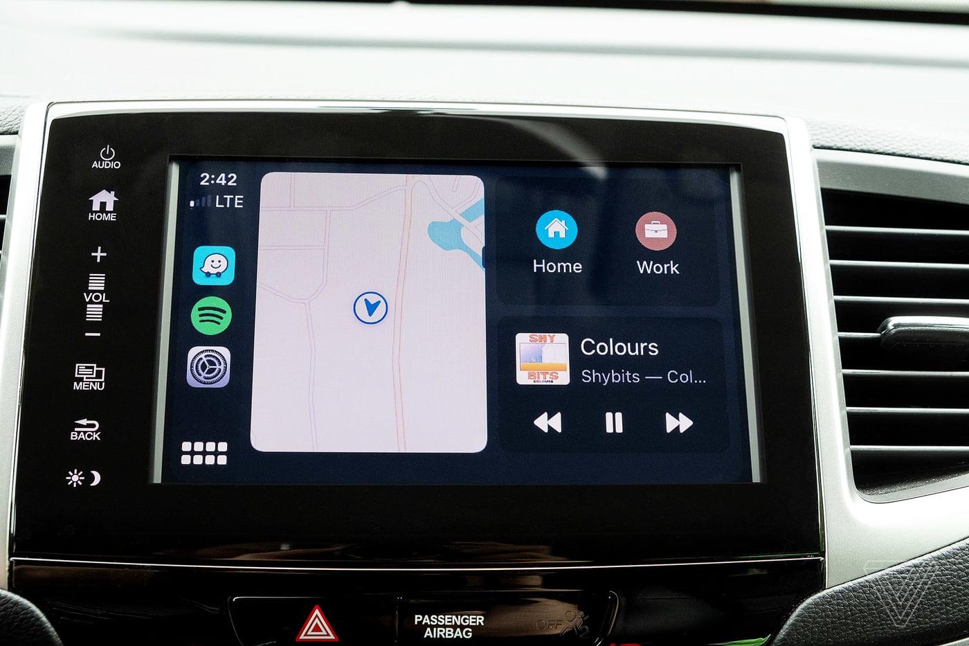 Apple hé lộ tính năng CarKey, cho phép người dùng sử dụng iPhone để mở khoá xe ô tô | Không chỉ iPhone mà cả Apple Watch cũng hỗ trợ tính năng mở khoá xe ô tô mới được Apple giới thiệu.  Apple đã ra mắt bản beta đầu tiên của hệ điều hành iOS 13.4 vào ngày hôm nay, và phiên bản iOS này có một tính năng chưa từng được công bố cho phép người dùng khoá, mở khoá và nổ máy xe ô tô bằng iPhone hoặc Apple Watch, theo thông tin từ chuyên trang 9to5Mac. Bản iOS 13.4 beta có nhắc đến một hàm giao diện lập trình ứng dụng (API) mới có tên gọi là