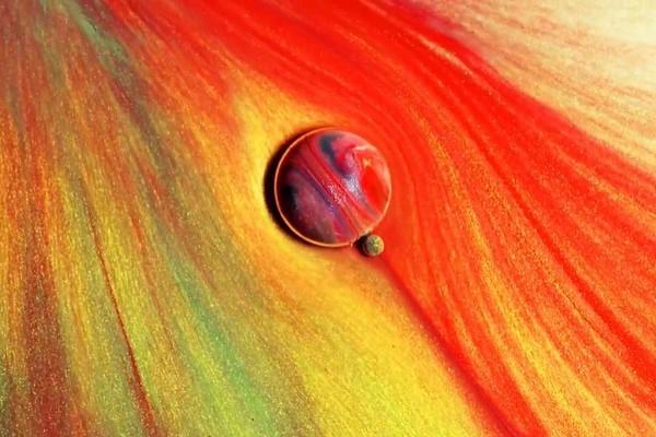 Mãn nhãn với những cảnh quay về những hành tinh siêu nhỏ được làm từ sơn, dầu, mực và xà bông