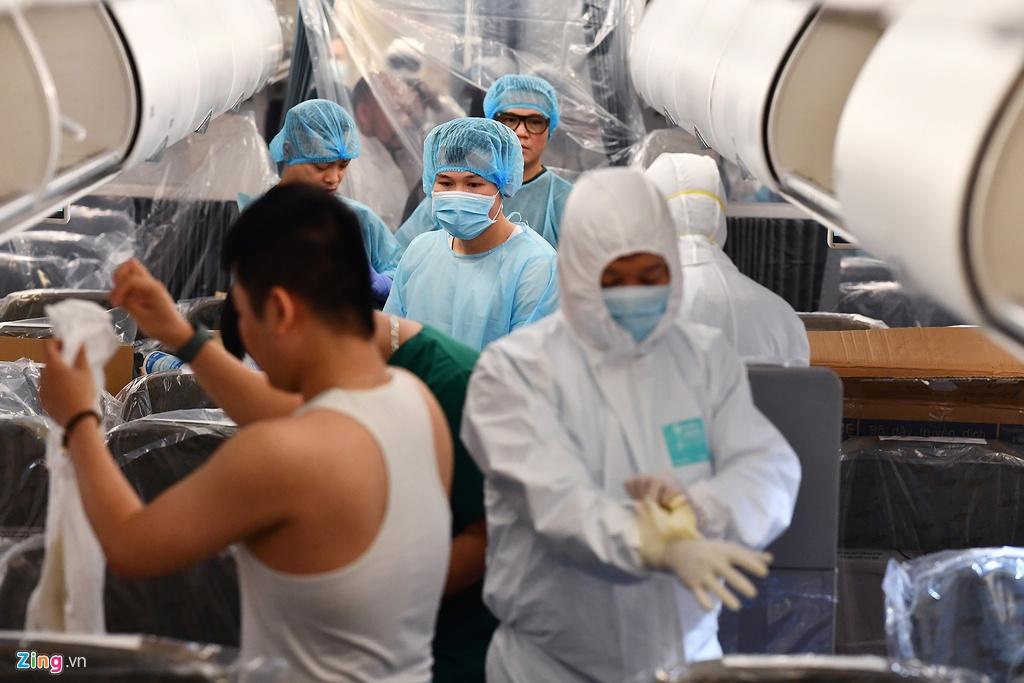 Bên trong máy bay bọc kín nylon chở khách Trung Quốc từ Việt Nam về Vũ Hán