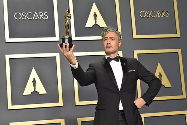 Taika Waititi mỉa mai Apple sau khi nhận giải Oscar