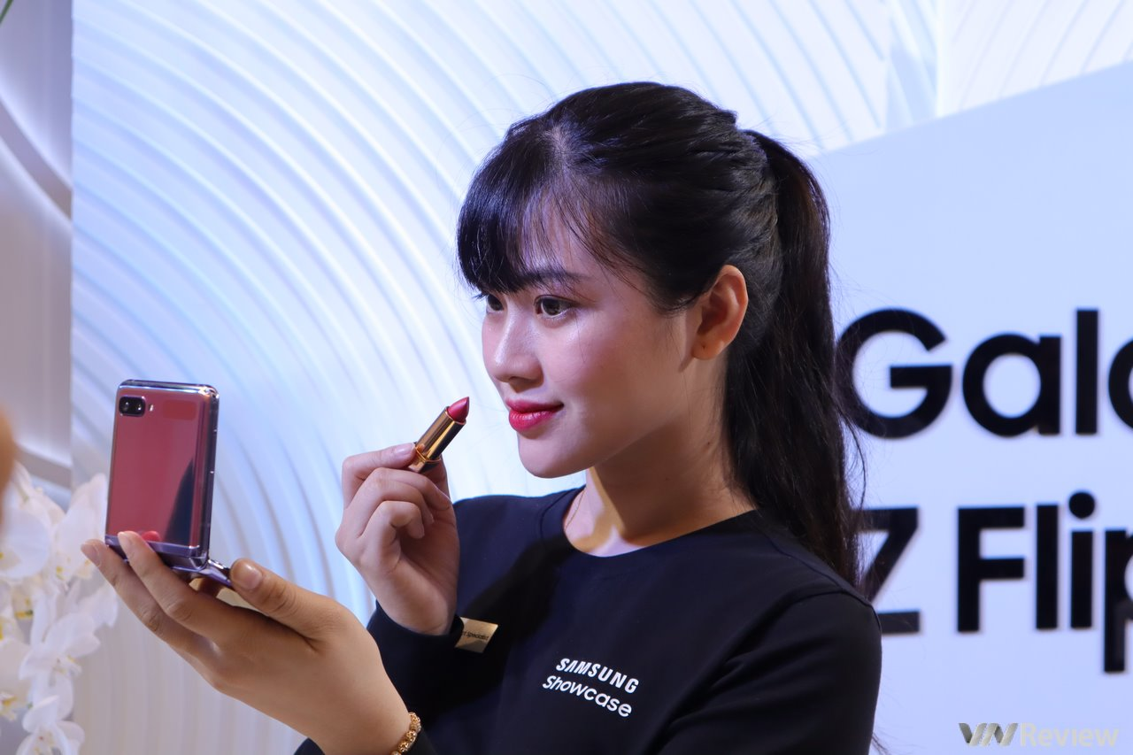 """Trên tay """"hộp phấn 4.0"""" Galaxy Z Flip giá 36 triệu vừa ra mắt tại Việt Nam đã hết hàng"""