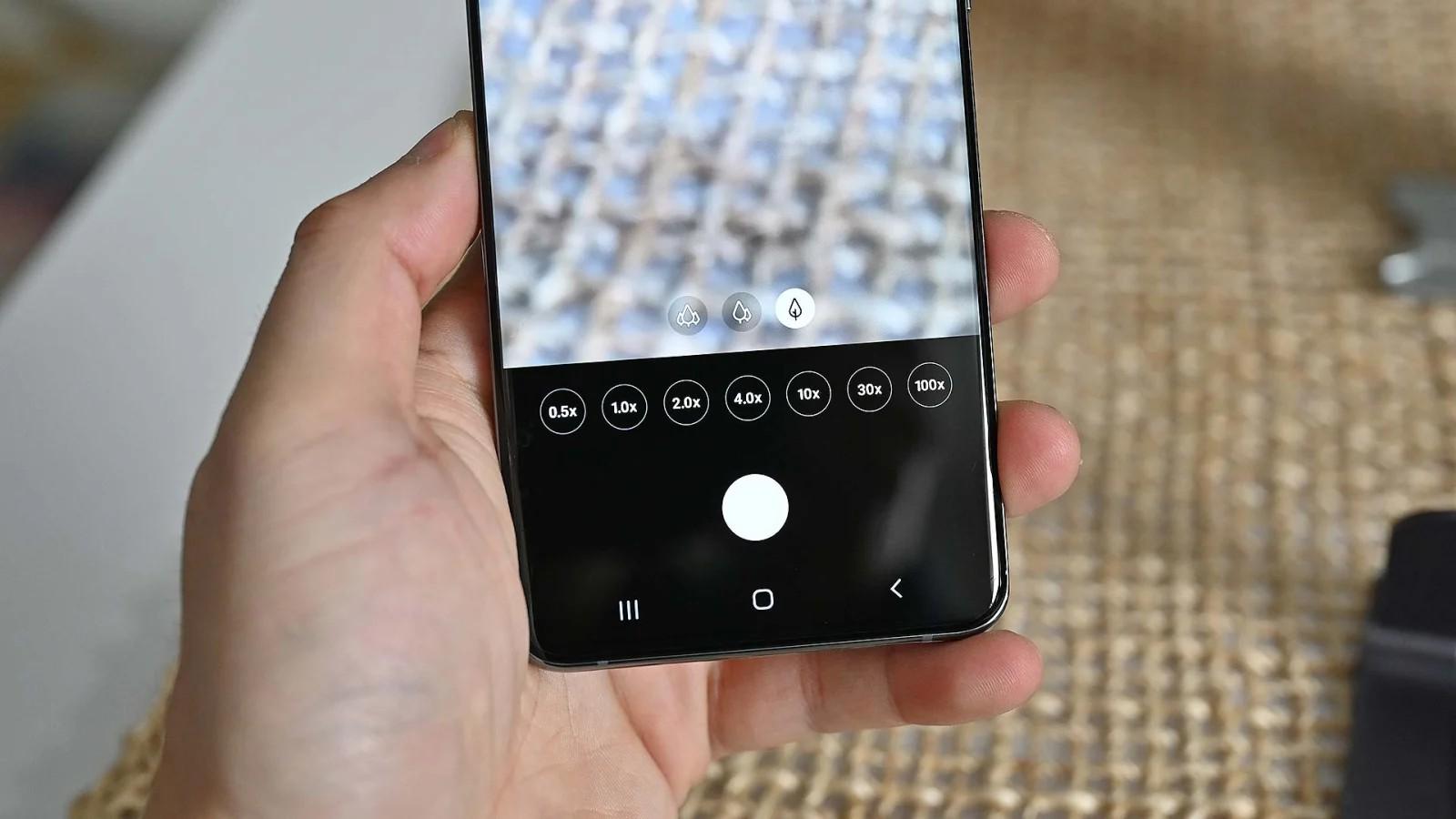Ứng dụng chụp ảnh trên S20 Ultra được trang bị các nút zoom nhanh. Ảnh: Sam Rutherford (Gizmodo)